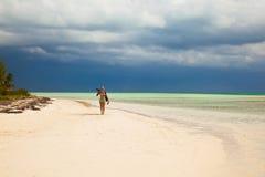Fotograf junger Dame im Bikini geht auf das karibische tropica Lizenzfreie Stockfotos