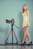 Fotograf kobieta z kamerą bierze fotografie Zdjęcia Royalty Free