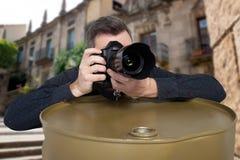 Fotograf macht ein Foto, das auf Fass sich lehnt Stockfotos