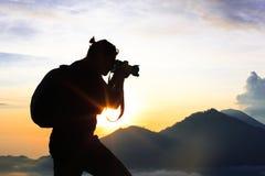 Fotograf macht Fotos auf dem Berg Lizenzfreie Stockfotos