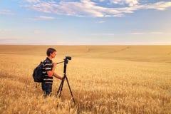 Fotograf macht Fotos auf einem Weizengebiet Lizenzfreies Stockbild