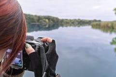 Fotograf macht Fotos der Natur Stockbild