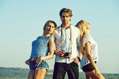 Fotograf med modeller flickor och man eller fotograf med kameran Royaltyfri Fotografi