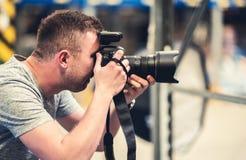 Fotograf med pro-utrustning fotografering för bildbyråer