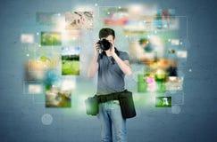 Fotograf mit Bildern von der Vergangenheit Lizenzfreies Stockfoto