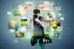 Fotograf mit Bildern von der Vergangenheit Stockfotos