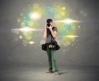 Fotograf mit Blinklichtern Stockbild