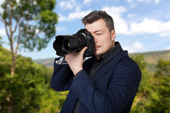 Fotograf mit Fotokamera macht das Foto Stockfoto