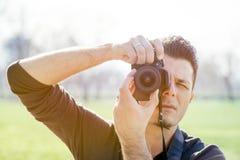 Fotograf mit Kamera stockbild