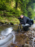 Fotograf mit Kamera auf Stativ Stockfotografie