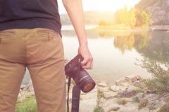 Fotograf mit Kameragebirgssee Lizenzfreie Stockfotografie