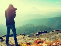 Fotograf na falezie Natura fotograf bierze fotografie z lustrzaną kamerą na szczycie Fotografia Royalty Free