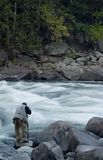 Fotograf nahe bei Fluss Stockfotografie