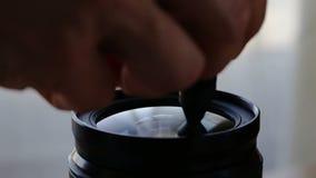 Fotograf niesie out czyścić kamera obiektyw zbiory