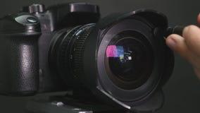 Fotograf niesie out czyścić kamera obiektyw zdjęcie wideo