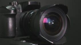 Fotograf niesie out czyścić kamera obiektyw zbiory wideo