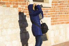 Fotograf och hennes skugga-, kropp- och andaförenlighetbegrepp Arkivbilder