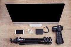Fotograf- och skrivbordplats med apparater Fotografering för Bildbyråer