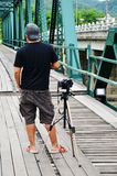 Fotograf på bron över Pai River på Pai på Mae Hong Son Thailand Royaltyfri Bild