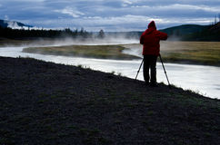 Fotograf på Madison River i den Yellowstone nationalparken Arkivbilder