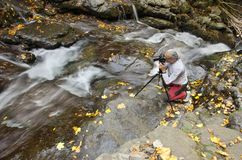Fotograf på vattenfallet Royaltyfria Bilder