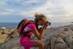 Fotograf på arbete, utomhus- landskapfotografi Arkivbilder