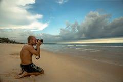 Fotograf på stranden Fotografering för Bildbyråer