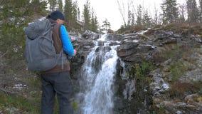 Fotograf podróżuje w górach Ja lokalizuje na wysokim punkcie i podziwia pięknego widok Patrzeje zbiory wideo
