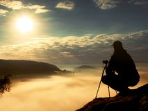 Fotograf praca z kamerą na szczycie Marzycielski nastrój w landscapelandscape, Fotografia Stock