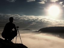Fotograf praca z kamerą na szczycie Marzycielski nastrój w landscapelandscape, Zdjęcie Stock