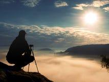 Fotograf praca z kamerą na szczycie Marzycielski nastrój w landscapelandscape, Obrazy Royalty Free