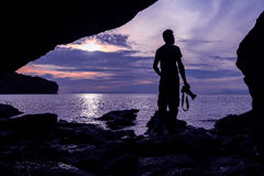Fotograf przed jamą blisko morza Zdjęcia Royalty Free