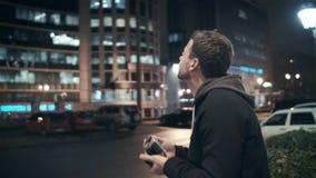 Fotograf przy nocą usuwa budynek architektura dla ekranowego photoaparat zbiory wideo