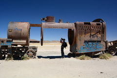 Fotograf przy taborowym cmentarzem Uyuni potosà dział Boliwia Zdjęcie Stock