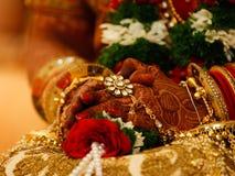 Fotograf?a que se casa india, mano de la novia de los brazaletes fotografía de archivo libre de regalías