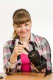 Fotograf säubert Front der Linse auf der Kamera und den Rahmen untersucht Stockfoto