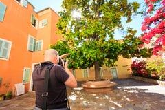 Fotograf Shooting en gataplats Arkivbilder