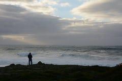 Fotograf som förbereder sig för stormen royaltyfria bilder