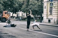 Fotograf som fotograferar ett par av balettdansörer Arkivbild