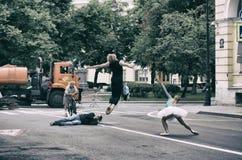 Fotograf som fotograferar ett par av balettdansörer Arkivfoton