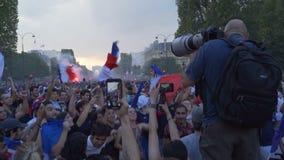 Fotograf som fotograferar galandet i Paris i Frankrike på den Champs-Elysees avenyn efter den 2018 världscupen lager videofilmer