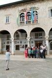 Fotograf som framme tar en bild av townhallen på Pula Arkivfoton