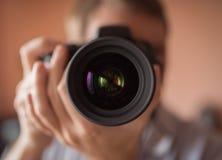 Fotograf som gör självståenden Fotografering för Bildbyråer