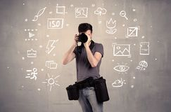 Fotograf som lär att använda kameran arkivfoton