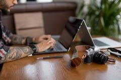 Fotograf som retuscherar foto på bärbar datordatoren royaltyfri foto