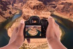 Fotograf som tar bilder av hästskoböjningen fotografering för bildbyråer