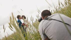 Fotograf som tar bildpar av nygifta personer stock video