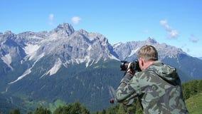 Fotograf som tar foto i bergen lager videofilmer