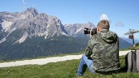 Fotograf som tar foto i bergen arkivfilmer