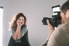 Fotograf som tar foto med modellen Arkivfoton